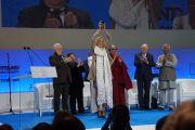 Шерон Стоун с врученной ей наградой Саммита лауреатов Нобелевской премии мира в Варшаве, Польша. 23 октября 2013 г. Фото: Джереми Рассел (ОЕСДЛ)