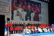 Его Святейшество Далай-лама вместе с другими участниками заключительной сессии XIII Всемирного саммита лауреатов Нобелевской премии мира в Варшаве, Польша поднимает руки во время исполнения песни Джона Леннона «Представь себе». Фото: Джереми Расселл (ОЕСДЛ)