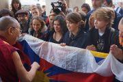 Его Святейшество Далай-лама обращается к друзьям Тибета и благожелателям у здания Национальной оперы в Варшаве, Польша. 23 октября 2013 г. Фото: Джереми Рассел (ОЕСДЛ)