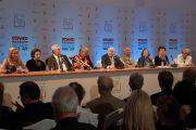 Пресс-конференция с лауреатами  Нобелевской премии мира и Шерон Стоун по завершении XIII Всемирного саммита лауреатов Нобелевской премии мира в Варшаве, Польша. 23 октября 2013 г. Фото: Джереми Рассел (ОЕСДЛ)