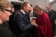 Его Святейшество Далай-лама с премьер-министром Польши Дональдом Таском перед началом XIII Всемирного саммита лауреатов Нобелевской премии мира в Варшаве, Польша. 23 октября 2013 г. Фото: Ради Министроу.
