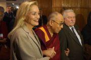 Шерон Стоун, Его Святейшество Далай-лама и Лех Валенса перед началом XIII Всемирного саммита лауреатов Нобелевской премии мира в Варшаве, Польша. 23 октября 2013 г. Фото: Джереми Рассел (ОЕСДЛ)