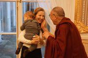 Его Святейшество Далай-лама приветствует молодую маму в Варшаве, Польша, 24 октября 2013 г.  Фото: Джереми Рассел (ОЕСДЛ)