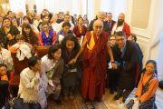 Его Святейшество Далай-лама с членами тибетской диаспоры и групп поддержки Тибета в Варшаве, Польша, 24 октября 2013 г.  Фото: Джереми Рассел (ОЕСДЛ)