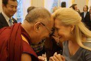 Его Святейшество Далай-лама приветствует Беату Булбевич, возглавляющую группу польских парламентариев-сторонников Тибета в Варшаве, Польша, 24 октября 2013 г.  Фото: Джереми Рассел (ОЕСДЛ)