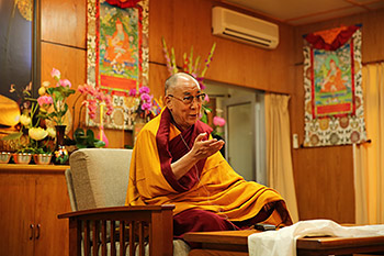 Его Святейшество Далай-лама провел беседу о светской этике и даровал учения группе вьетнамских буддистов