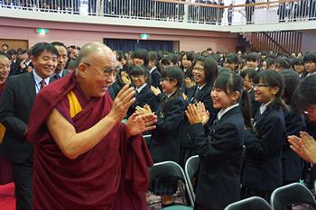 В Токио Далай-лама встретился с ученицами академии Якумо