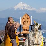 Далай-лама принял участие в межконфессиональном молебне о мире во всем мире в Сидзуоке