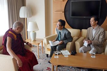 В Киото Далай-лама дал несколько интервью и провел публичную беседу о возможных путях самовыражения, несущих миру свободу