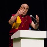 В Токио Далай-лама  прочел публичную лекцию о том, как прожить свою жизнь с наибольшей пользой
