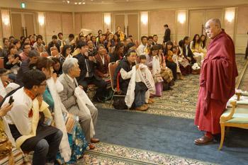 Перед отъездом из Японии Далай-лама встретился с тибетцами и корейскими буддистами