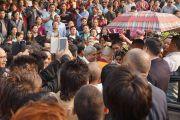 Его Святейшество Далай-лама приветствует толпу своих почитателей на выходе из Центра искусств им. Индиры Ганди. Дели, Индия. 13 ноября 2013 г. Фото: Джереми Рассел (офис ЕСДЛ)