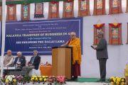 Его Святейшество Далай-лама выступает на торжественном открытии двухдневного семинара, посвященного буддизму традиции древнего монастыря-университета Наланда. Дели, Индия. 13 ноября 2013 г. Фото: Джереми Рассел (офис ЕСДЛ)