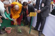 Его Святейшество Далай-лама сажает дерево фикуса священного на церемонии открытия двухдневного семинара, посвященного буддизму традиции древнего монастыря-университета Наланда. Дели, Индия. 13 ноября 2013 г. Фото: Джереми Рассел (офис ЕСДЛ)