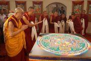 Его Святейшество Далай-лама возле мандалы, возведенной монахами монастыря Дрепунг Лоселинг в Центре искусств им. Индиры Ганди. Дели, Индия. 13 ноября 2013 г. Фото: Джереми Рассел (офис ЕСДЛ)
