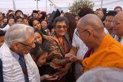 Его Святейшество Далай-лама общается со своими почитателями после торжественной церемонии открытия двухдневного семинара, посвященного буддизму традиции древнего монастыря-университета Наланда. Дели, Индия. 13 ноября 2013 г. Фото: Джереми Рассел (офис ЕСДЛ)