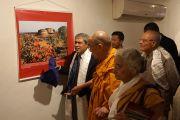 Его Святейшество Далай-лама во время посещения выставки фотографий буддийских святынь в Центре искусств им. Индиры Ганди. Дели, Индия. 13 ноября 2013 г. Фото: Джереми Рассел (офис ЕСДЛ)