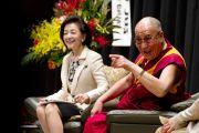 Журналистка и писательница Йосико Сакураи и Его Святейшество Далай-лама во время обсуждения роли науки и технологий в Тибийском технологическом институте. Цуданума, Япония. 16 ноября 2013 г. Фото: офис ЕСДЛ