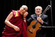 """Его Святейшество Далай-лама с Питером Яроу после исполнения песни """"Никогда не сдавайся"""" на сцене лекционного зала в Тибийском технологическом институте. Цуданума, Япония. 16 ноября 2013 г. Фото: офис ЕСДЛ"""