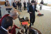 Его Святейшество Далай-ламу знакомят с новейшими достижениями робототехники в лаборатории Тибийского технологического института. Цуданума, Япония. 16 ноября 2013 г. Фото: Джереми Рассел (офис ЕСДЛ)