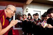 Его Святейшество Далай-ламу встречают в токийской школе для девочек Якумо. 18 ноября 2013 г. Фото: Тибетский офис в Японии.
