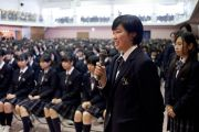 Ученицы школы Якумо задают вопросы Его Святейшеству Далай-ламе. Токио, Япония. 18 ноября 2013 г. Фото: Тибетский офис в Японии.