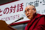 Его Святейшество Далай-лама выступает на встрече с учеными. Токио, Япония. 17 ноября 2013 г. Фото: Тибетский офис в Японии.