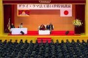 Его Святейшество Далай-лама беседует о том, как сделать 21-й век веком диалога с ученицами школы Якумо. Токио, Япония. 18 ноября 2013 г. Фото: Тибетский офис в Японии.