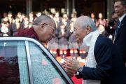 Директор академии Якумо Акира Кондо Тосиро прощается с Его Святейшеством Далай-ламой. Токио, Япония. 18 ноября 2013 г. Фото: Тибетский офис в Японии.