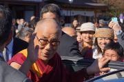 Его Святейшество Далай-лама машет на прощание рукой, покидая храм Зодзодзи. Токио, Япония. 19 ноября 2013 г. Фото: Джереми Рассел (офис ЕСДЛ).