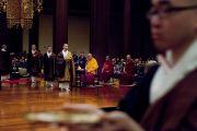 Его Святейшество Далай-лама на молебне в храме Зодзодзи. Токио, Япония. 19 ноября 2013 г. Фото: Тибетский офис в Японии.