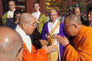 Главный настоятель храма Зодзодзи Яги встречает Его Святейшество Далай-ламу. Токио, Япония. 19 ноября 2013 г. Фото: Джереми Рассел (офис ЕСДЛ).