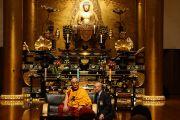 Его Святейшество Далай-лама обращается с речью к прихожанам храма Зодзодзи. Токио, Япония. 19 ноября 2013 г. Фото: Джереми Рассел (офис ЕСДЛ).