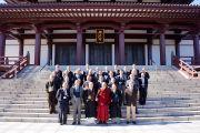 Его Святейшество Далай-лама со священниками и прихожанами на ступенях храма Зодзодзи. Токио, Япония. 19 ноября 2013 г. Фото: Джереми Рассел (офис ЕСДЛ).