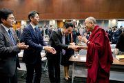 Его Святейшество Далай-лама приветствует японских парламентариев перед началом встречи. Токио, Япония. 20 ноября 2013 г. Фото: Тибетский офис в Японии.