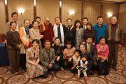 Его Святейшество Далай-лама с группой китайцев после встречи в Токио, Япония. 20 ноября 2013 г. Фото: Джереми Рассел (офис ЕСДЛ)