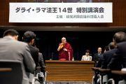 Его Святейшество Далай-лама обращается с речью к японским парламентариям, представляющим все политические партии. Токио, Япония. 20 ноября 2013 г. Фото: Тибетский офис в Японии.