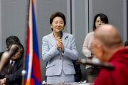 Ерико Яматани, председатель парламентского комитета восьми партий, приветствует Его Святейшество Далай-ламу на встрече с парламентариями. 20 ноября 2013 г. Фото: Тибетский офис в Японии.