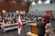 Его Святейшество Далай-лама обращается с речью к японским парламентариям, представляющим все политические партии. Токио, Япония. 20 ноября 2013 г. Фото: Джереми Рассел (офис ЕСДЛ).