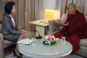 Йосико Сакураи берет интервью у Его Святейшества Далай-ламы. Токио, Япония. 21 ноября 2013 г. Фото: Джереми Рассел (офис ЕСДЛ).