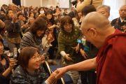 Его Святейшество Далай-лама здоровается со слушателями перед началом публичной лекции. Сидзуока, Япония.  21 ноября 2013 г. Фото: Джереми Рассел (офис ЕСДЛ).