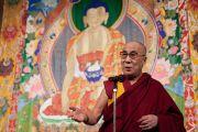 Его Святейшество Далай-лама выступает с публичной лекцией о том, как сделать 21-й век веком мира. Сидзуока, Япония.  21 ноября 2013 г. Фото: Тибетский офис в Японии.