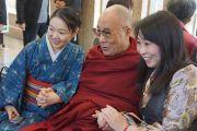 Его Святейшество Далай-лама на токийском вокзале в ожидании поезда на Сидзуоку. Токио, Япония.  21 ноября 2013 г. Фото: Джереми Рассел (офис ЕСДЛ).