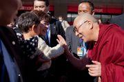 Его Святейшество Далай-лама здоровается со своими поклонниками по прибытии в Сидзуоку. Сидзуока, Япония.  21 ноября 2013 г. Фото: Тибетский офис в Японии.