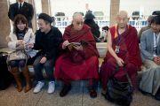 Его Святейшество Далай-лама на токийском вокзале в ожидании поезда на Сидзуоку. Токио, Япония.  21 ноября 2013 г. Фото: Тибетский офис в Японии.
