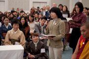 Слушатели задают вопросы Его Святейшеству Далай-ламе после его публичной лекции. Сидзуока, Япония.  21 ноября 2013 г. Фото: Тибетский офис в Японии.