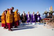 Его Святейшество Далай-лама и тибетские монахи читают Сутру сердца на тибетском языке на межконфессиональной службе на холме Нихондара. Сидзуока, Япония. 22 ноября 2013 г. Фото: Тибетский офис в Японии.