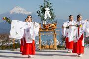 Женщины, последовательницы синтоизма, исполняют молитвы на межконфессиональной службе на холме Нихондара. Сидзуока, Япония. 22 ноября 2013 г. Фото: Тибетский офис в Японии.