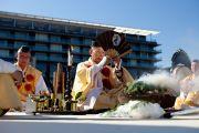 Последователи древней японской традиции Сюгэндо исполняют молитвы на межконфессиональной службе на холме Нихондара. Сидзуока, Япония. 22 ноября 2013 г. Фото: Тибетский офис в Японии.