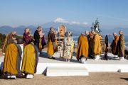 Монахи, представляющие разные направления буддизма в Японии, читают Сутру сердца на межконфессиональной службе на холме Нихондара. Сидзуока, Япония. 22 ноября 2013 г. Фото: Тибетский офис в Японии.